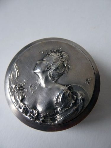 1900's ART NOUVEAU STERLING SILVER BOX DECORATED WITH A YOUNG WOMAN